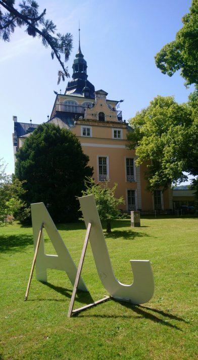 "Les lettres ""JA"" devant la Villa Toscana. Photo © André M. Winter"