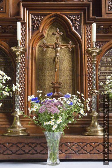 Fleurs devant l'autel latéral. Photo © Alex Medwedeff