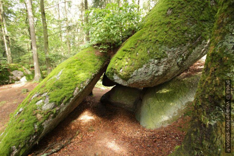 Un passage sous des rochers des Fahrthofer Höhlen. Photo © André M. Winter