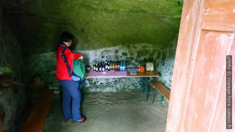 Libre-service de boissons dans la grotte-cave de Kühbichl. Photo © André M. Winter