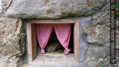 Petite fenêtre avec rideaux à la grotte-cave de Kühbichl. Photo © André M. Winter