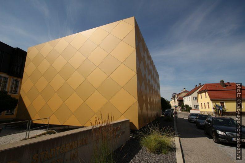Façade moderne jaune de la maison des associations musicales de Zwettl. Photo © André M. Winter