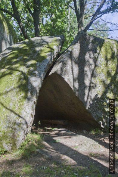 Banc inconfortable dans une grotte formée par deux rochers. Photo © Alex Medwedeff