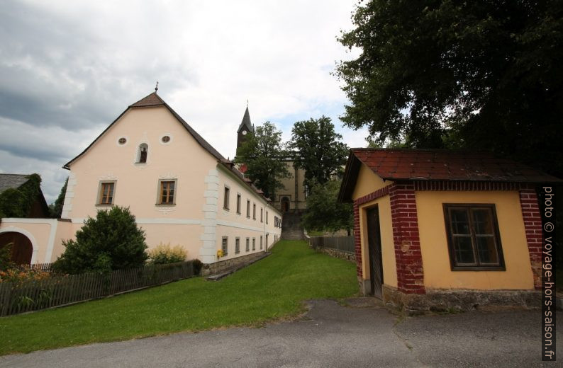 Le presbytère de l'église St. Wolfgang au fond. Photo © André M. Winter