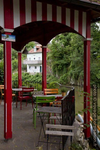 Terrasse du café Das Bachmann dans le bain fluvial à Plank am Kamp. Photo © Alex Medwedeff