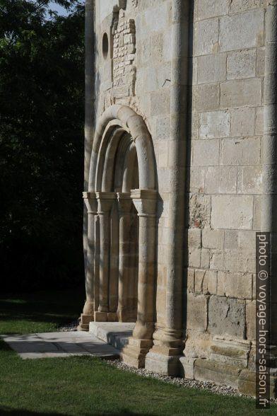 Porte de chapelle romane ronde Jean le Baptiste à Petronell. Photo © Alex Medwedeff