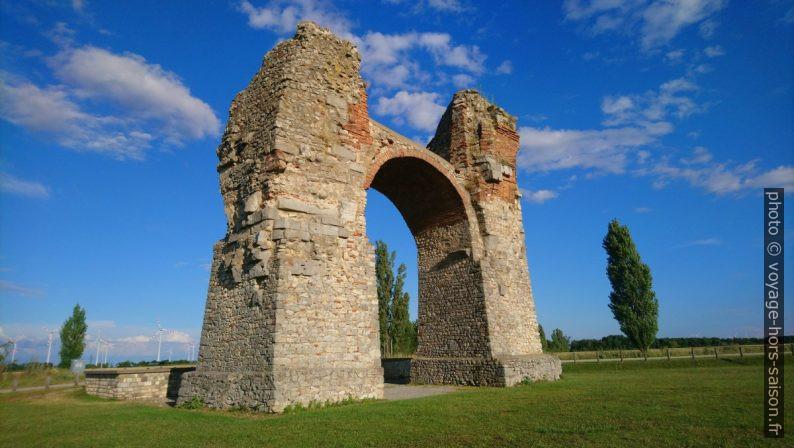 Porte romaine des Païens à Carnuntum. Photo © André M. Winter