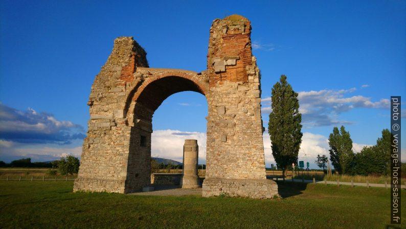 Le piédestal au centre de la Porte des Païens de Carnuntum. Photo © André M. Winter