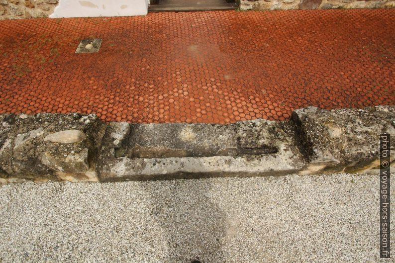 Seuil de porte et carrelage hexagonal dans la maison du marchand d'huiles. Photo © André M. Winter