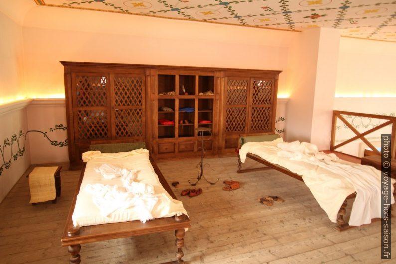 Lits et une armoire sur la mezzanine de la Basilika Therarum de Carnuntum. Photo © André M. Winter