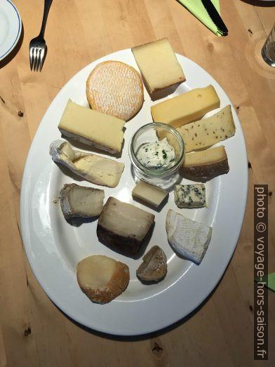 Un plat de fromages. Photo © Alex Medwedeff