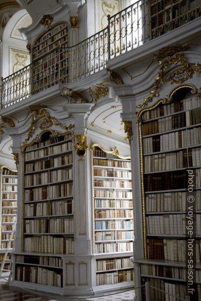 Étagères à livres de la bibliothèque baroque d'Admont. Photo © Alex Medwedeff