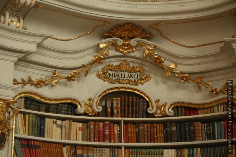 """Étagère de livres """"miscelanei"""" dans la bibliothèque baroque d'Admont. Photo © André M. Winter"""