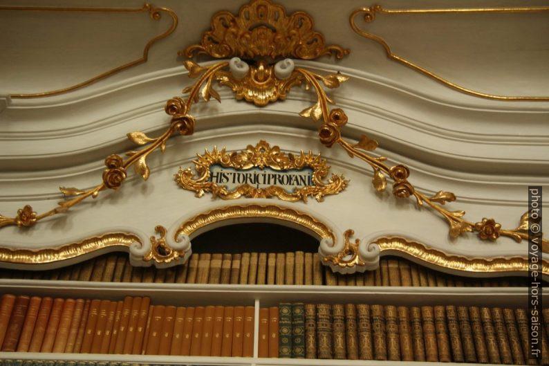 """Étagère de livres """"hostorici profani"""" de la bibliothèque baroque d'Admont. Photo © André M. Winter"""