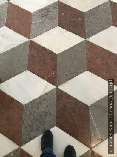 Sol en marbre géométrique dans la bibliothèque d'Admont. Photo © Alex Medwedeff