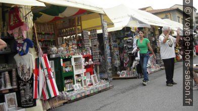 Les stands à l'ouest de la Piazza dei Miracoli. Photo Wikimedia CCA2 kajikawa