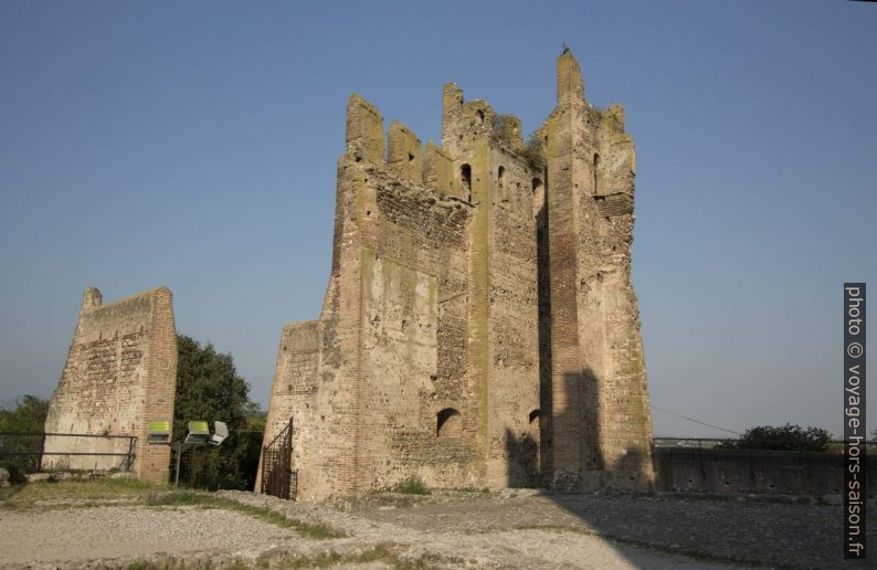 Ruines du Castello Scaligero. Photo © André M. Winter