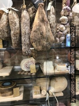 Saucissons, fromages et jambons chez Pastificio Remelli. Photo © Alex Medwedeff