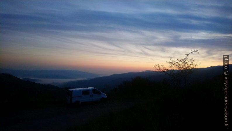 Notre Trafic sous le Passo della Cappelletta au lever du soleil. Photo © André M. Winter