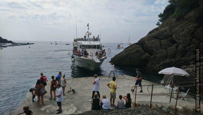 Débarquement d'un bateau passager à la baie de San Fruttioso. Photo © André M. Winter