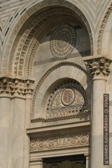 Une porte du baptistère de Pise. Photo © André M. Winter