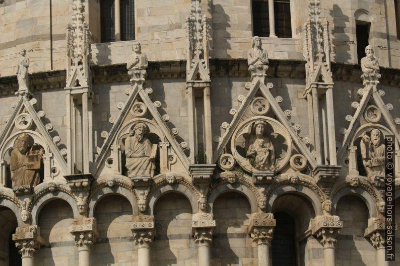 Gâbles et bustes du baptistère de Pise. Photo © André M. Winter