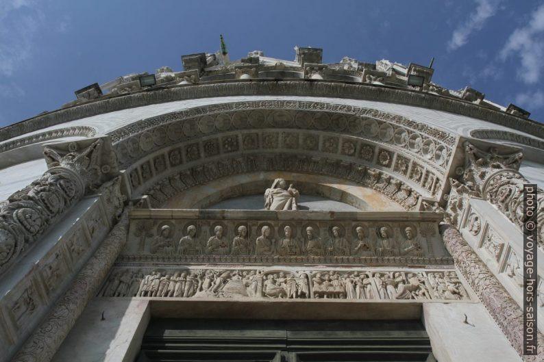La porte principale du baptistère de Pise. Photo © Alex Medwedeff