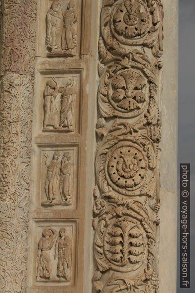 Décoration d'une porte du baptistère de Pise. Photo © André M. Winter