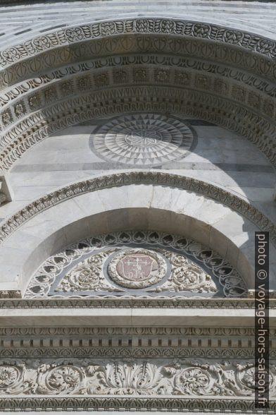 Décor d'une porte de la façade principale de la cathédrale de Pise. Photo © André M. Winter
