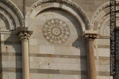 Détail du décor externe de la cathédrale de Pise. Photo © André M. Winter