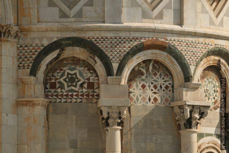 Détail du décor extérieur de la base de la Tour de Pise. Photo © André M. Winter