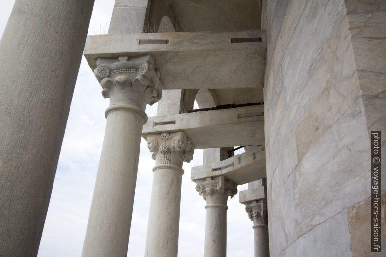 Chapiteaux des colonnes de l'avant-dernier étage de la Tour de Pise. Photo © André M. Winter