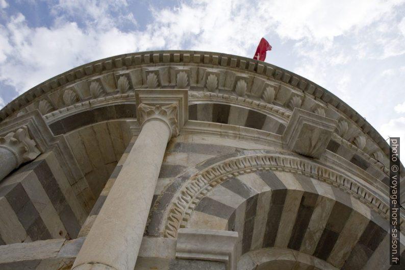 Vue vers le sommet de la Tour de Pise. Photo © Alex Medwedeff