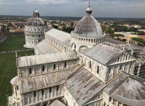 Le baptistère et la cathédrale de Pise vus de la tour penchée. Photo © Alex Medwedeff