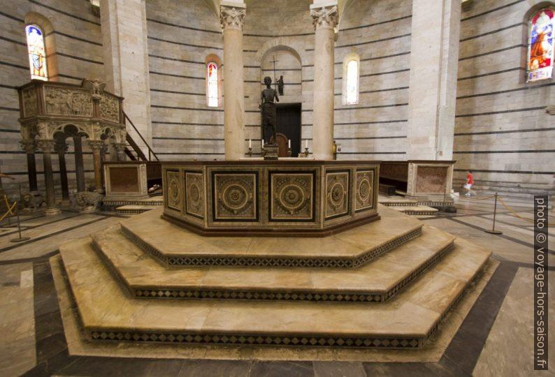 Les fonts baptismaux du baptistère de Pise. Photo © André M. Winter