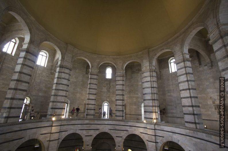 Arcades intérieures du baptistère de Pise. Photo © André M. Winter