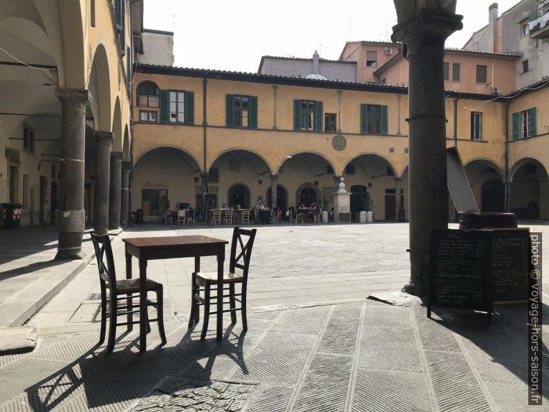 Table sur la Piazza delle Vettovaglie. Photo © Alex Medwedeff