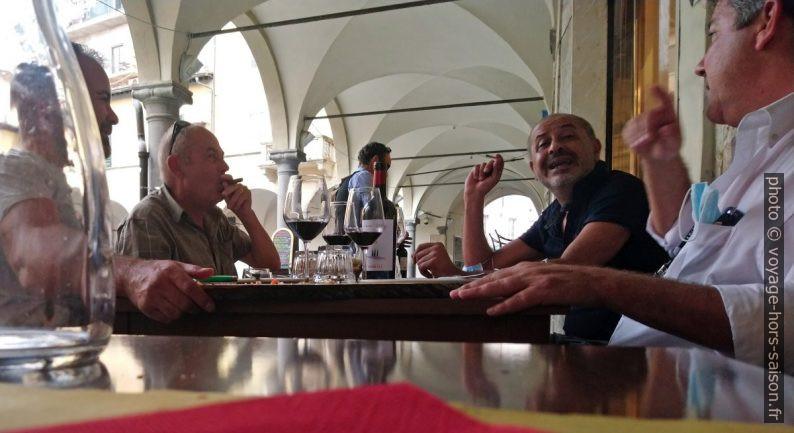 Discussion sur une terrasse sur la Piazza delle Vettovaglie. Photo © André M. Winter