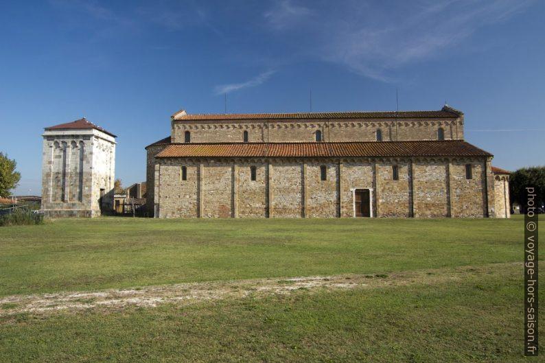Clocher et la face sud de l'église de San Piero a Grado. Photo © André M. Winter