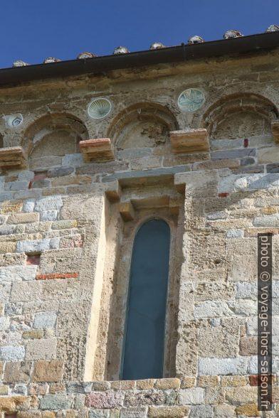 Fenêtre du collatéral sud de l'église de San Piero a Grado. Photo © Alex Medwedeff