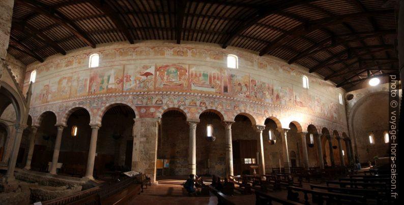 Fresques dans la nef de la Basilica di San Pietro Apostolo. Photo © André M. Winter
