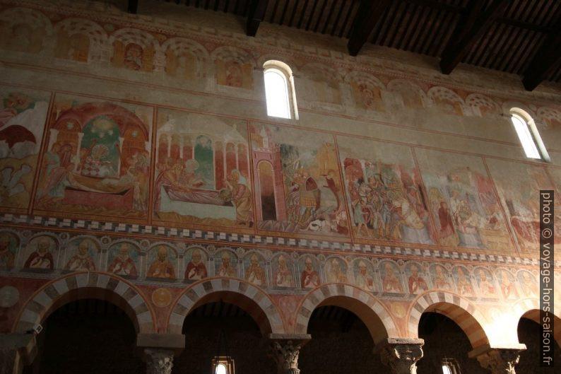 Fresques colorées de la nef de la Basilica di San Pietro Apostolo. Photo © André M. Winter