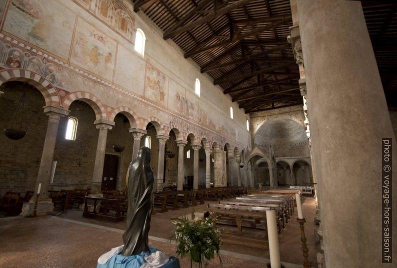 Nef et abside est de la Basilica di San Pietro Apostolo. Photo © André M. Winter