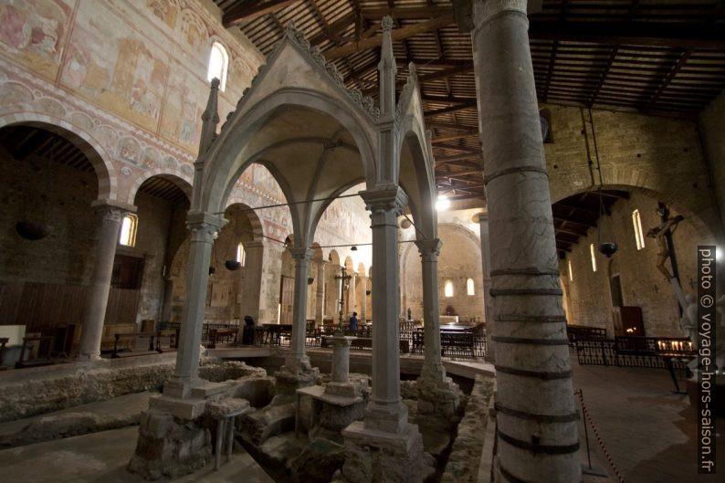 Vestiges dans l'abside ouest de la Basilica di San Pietro Apostolo. Photo © André M. Winter