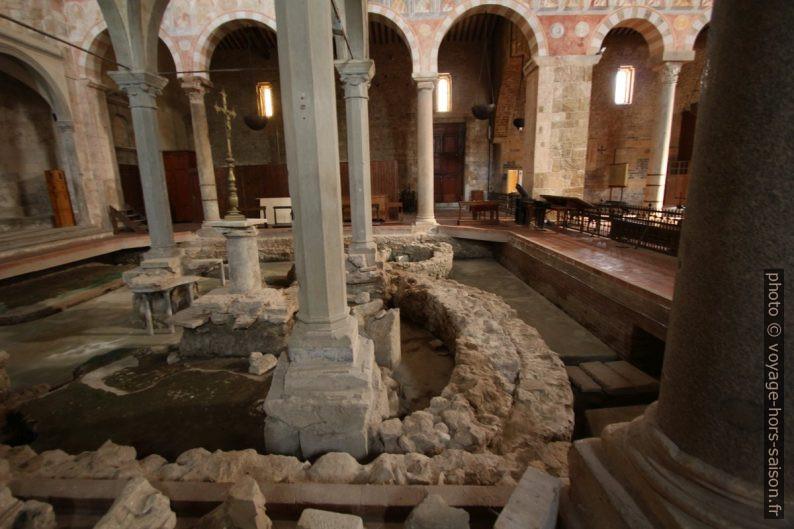 Fouilles dans l'abside ouest de la Basilica di San Pietro Apostolo. Photo © André M. Winter