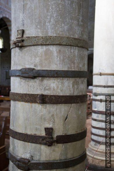 Colonnes brisées cerclées de fer. Photo © Alex Medwedeff