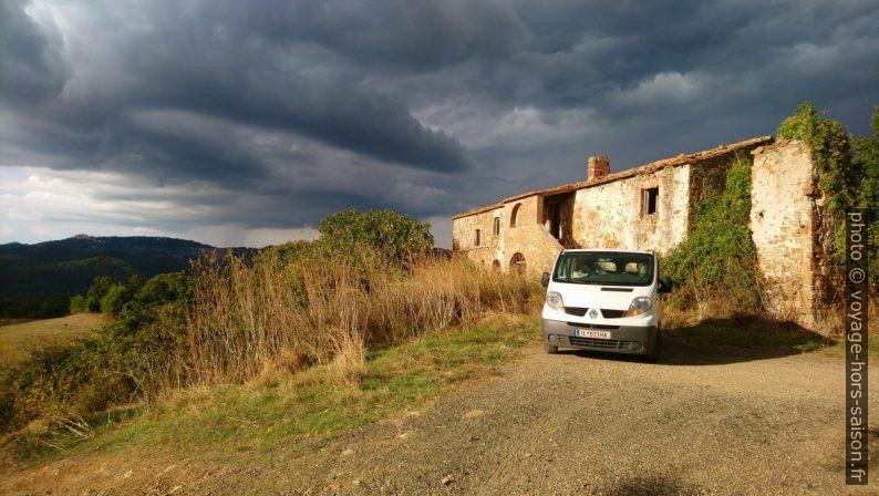 Notre trafic devant la ferme en ruine de Podere il Bagno. Photo © André M. Winter
