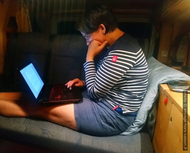 Alex avec l'ordinateur portable dans notre Trafic. Photo © André M. Winter