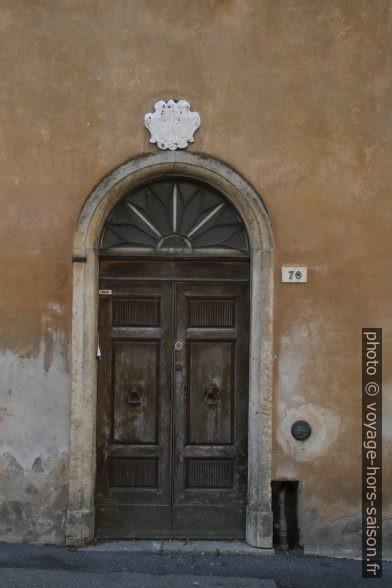 Une porte du centre-ville de Volterra. Photo © Alex Medwedeff