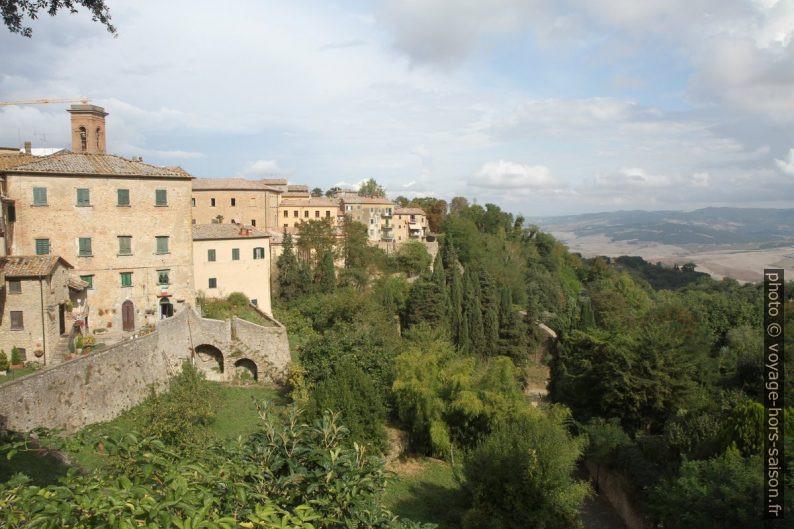 Vue de la Piazza XX Settembre vers la partie ouest de Volterra. Photo © Alex Medwedeff